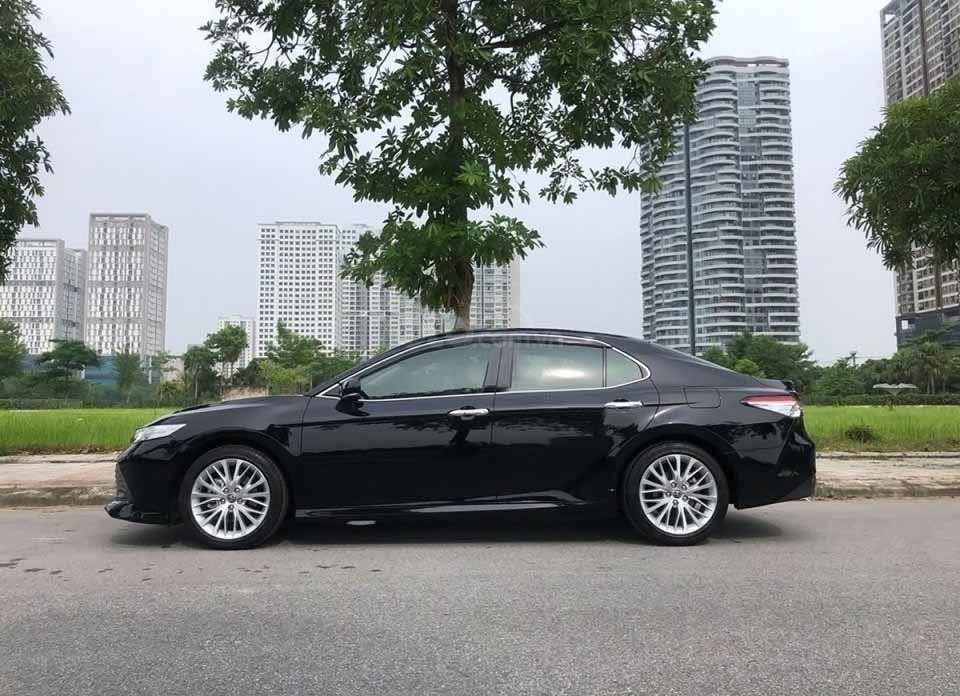 Cần bán xe Toyota Camry AT đời 2019, màu đen còn mới (1)