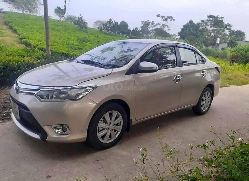 Cần bán lại xe Toyota Vios 1.5E sản xuất 2016, màu vàng cát   (1)