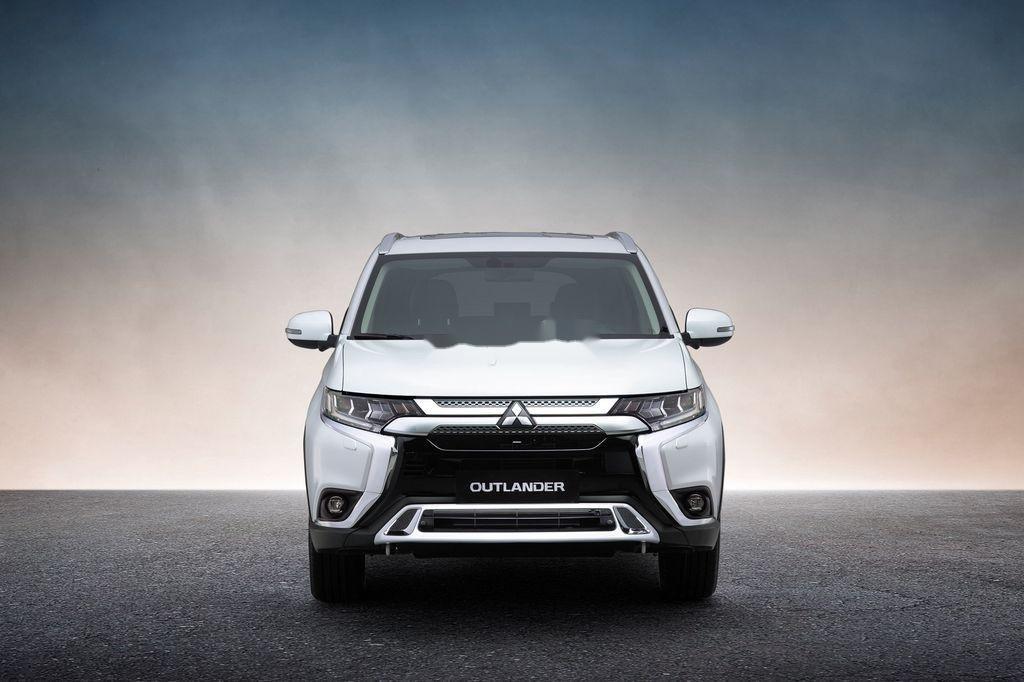 Cần bán xe Mitsubishi Outlander sản xuất năm 2020, màu trắng, 825 triệu (1)