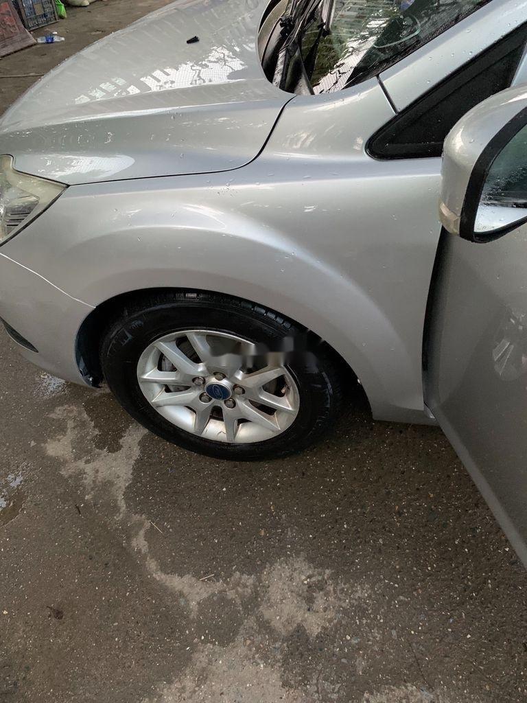 Cần bán Ford Focus năm sản xuất 2010, màu bạc, 285 triệu (2)