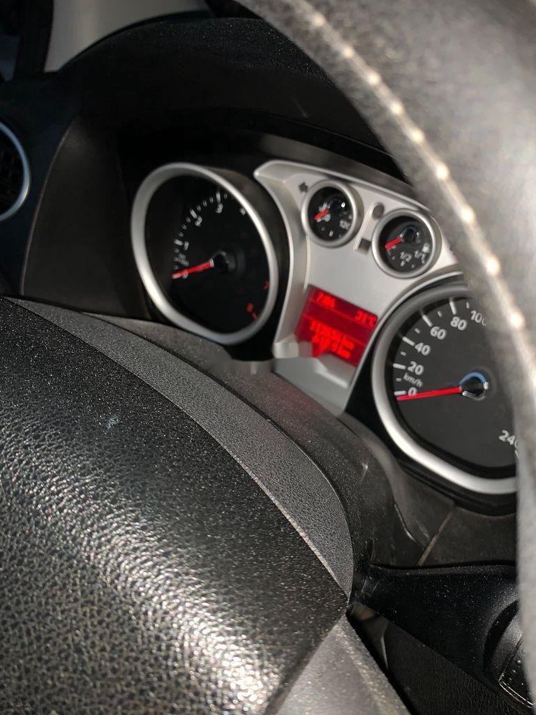 Cần bán Ford Focus năm sản xuất 2010, màu bạc, 285 triệu (8)