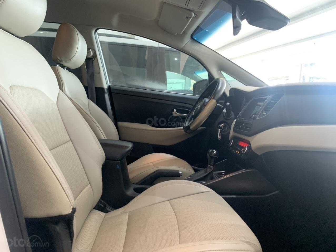 Bán xe Kia Rondo màu trắng xe đẹp, giá cả hợp lý (10)