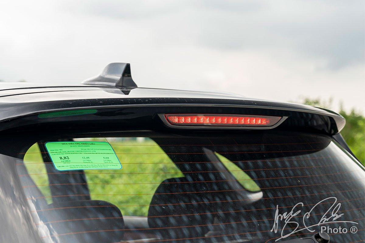 Cánh gió đuôi tích hợp phanh phụ LED trên MG HS.