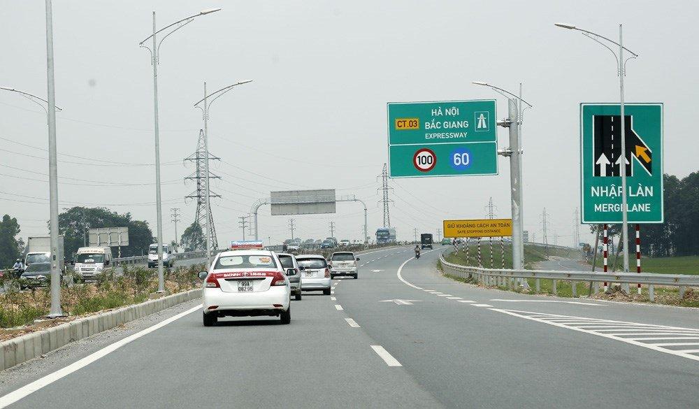 Chạy đúng làn đường, tốc độ quy định và không chạy xe ở làn khẩn cấp.
