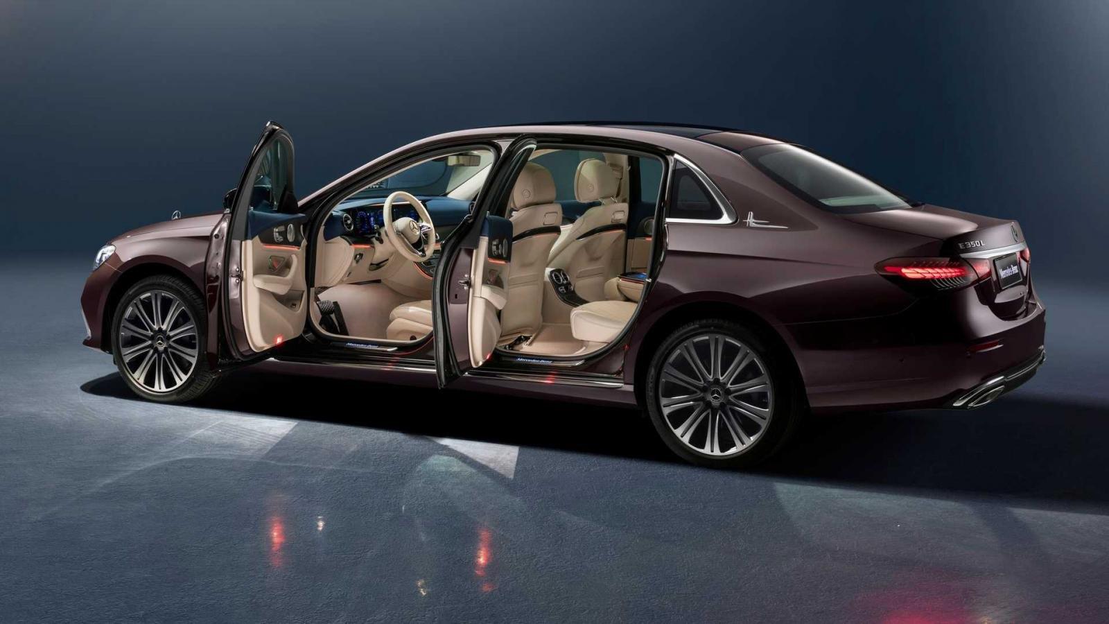 Mercedes E-Class 2021 phiên bản kéo dài đảm bảo sự thoải mái của người dùng.