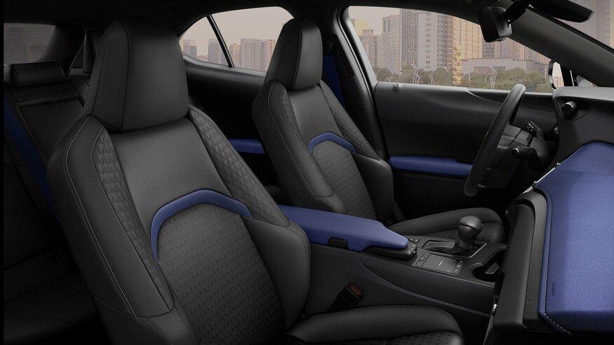 Lexus UX 2021 Black Line trang trí hấp dẫn.