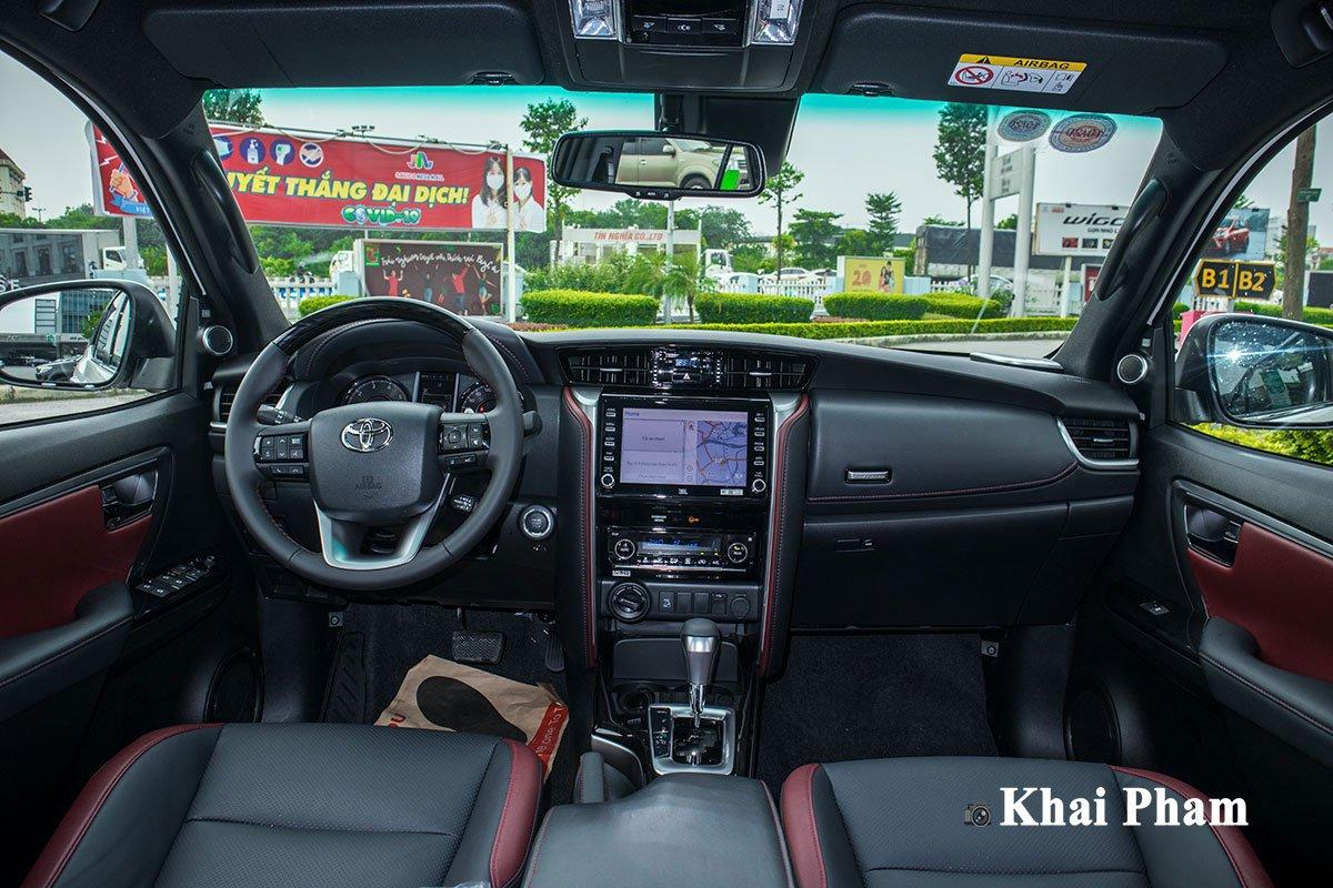 Ảnh chính diện Khoang lái xe Toyota Fortuner Legender 2020 trái