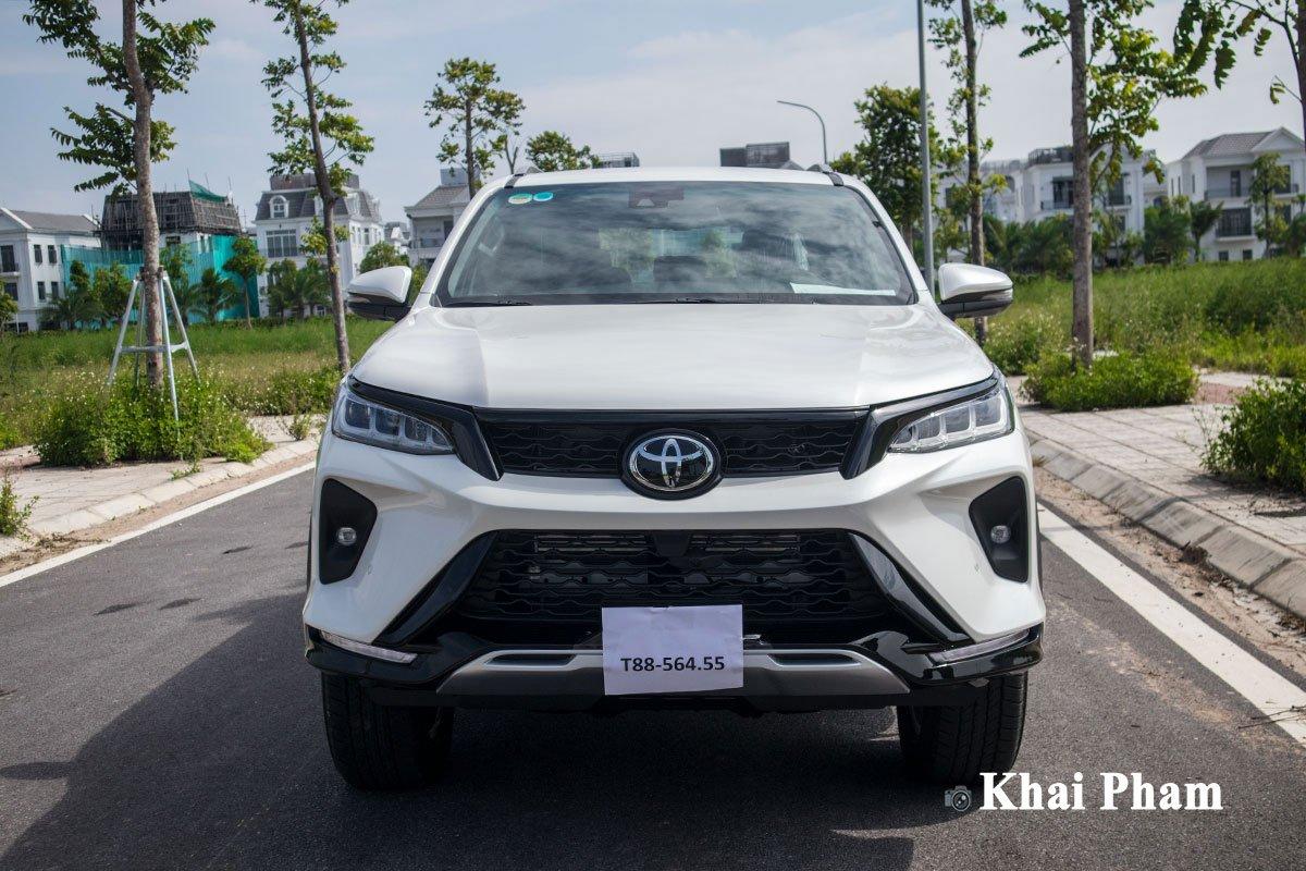 Ảnh chính diện đầu xe Toyota Fortuner Legender 2020 trái