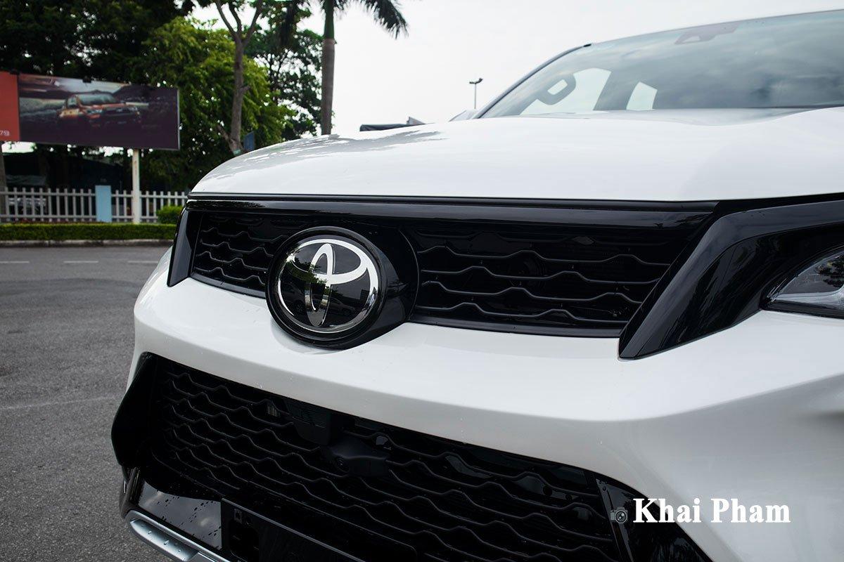 Ảnh Lưới tản nhiệt xe Toyota Fortuner Legender 2020 trái