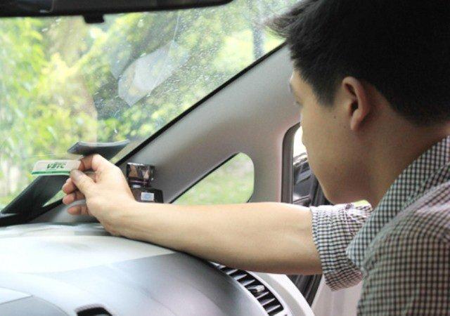 Xe chỉ được đi qua làn ETC khi có gắn thẻ không dừng.