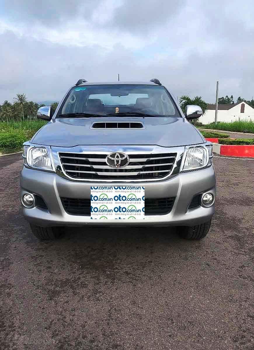 Cần bán gấp Toyota Hilux sản xuất 2014, màu bạc, nhập khẩu nguyên chiếc còn mới (1)