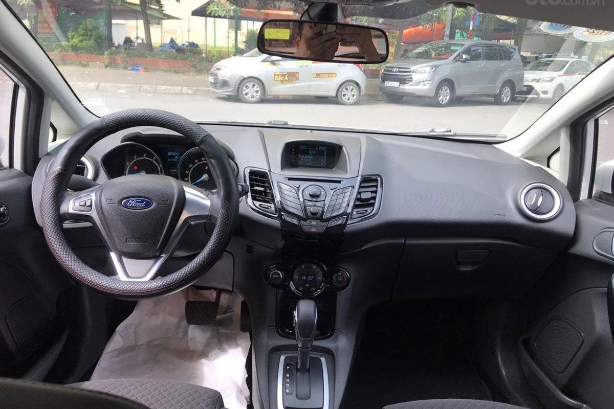 Khu vực bảng taplo xe Ford Fiesta 2015 1