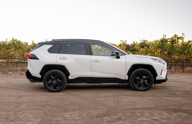 Khách mua xe Toyota RAV4 2021 có nhiều lựa chọn thú vị.
