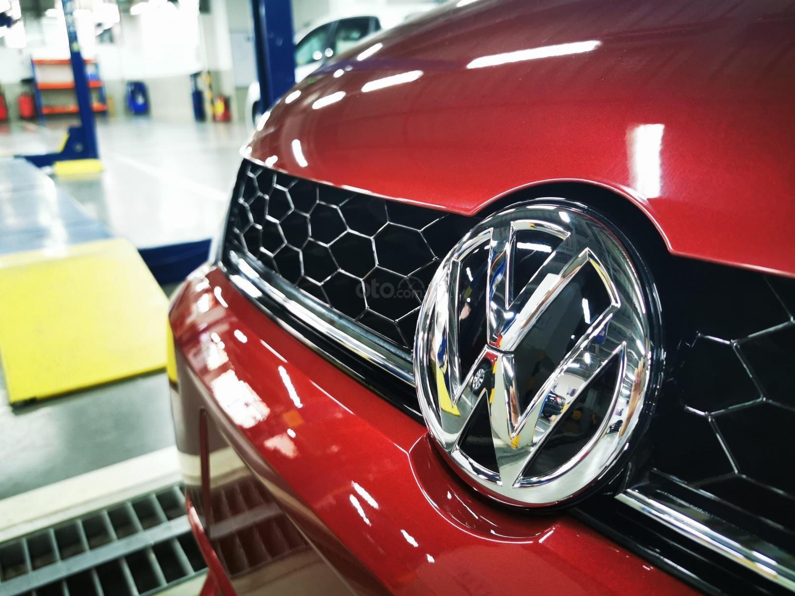 VW Polo Hatchback 2020 màu đỏ Sunset mới lạ đẹp mắt và đầy ấn tượng, ưu đãi bất ngờ. LH ngay 0903.310.412 (4)