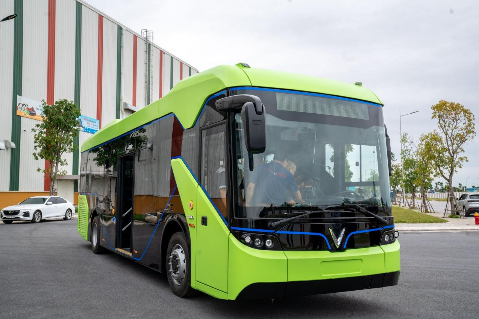 VinFast chạy thử mẫu xe buýt điện VinBus mới 1