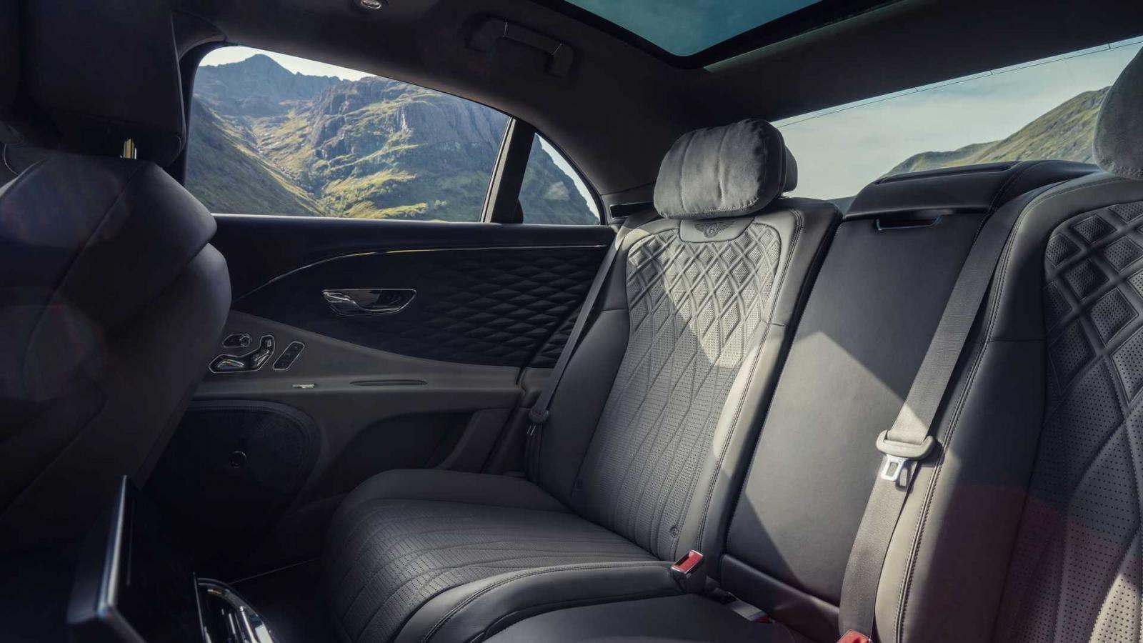 Bentley Flying Spur vẫn đảm bảo trải nghiệm người ngồi sau đầy thỏa mãn.