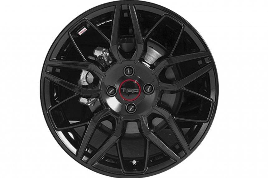 Toyota Vios Sport Package tích hợp la-zăng mới ấn tượng hơn.
