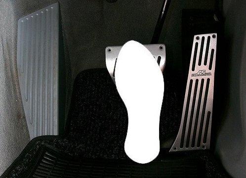 Luôn để gót chân dưới bàn đạp phanh.