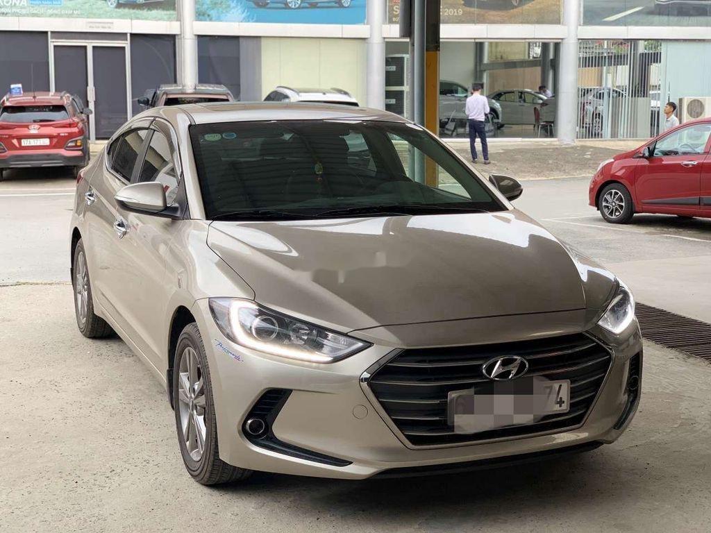 Cần bán lại xe Hyundai Elantra sản xuất 2018, giá thấp (2)