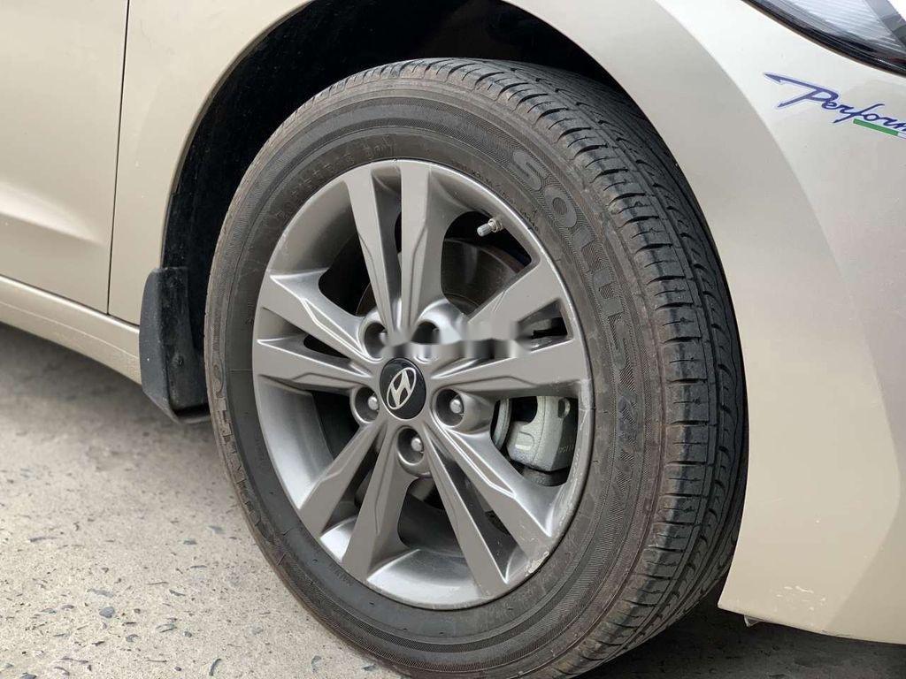 Cần bán lại xe Hyundai Elantra sản xuất 2018, giá thấp (5)