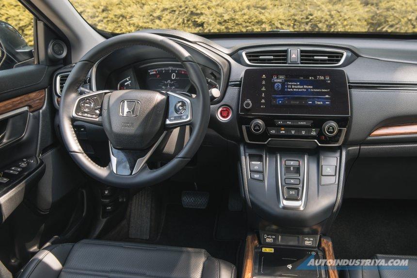 Honda CR-V 2021 vẫn bảo toàn ngôn ngữ thiết kế quen thuộc.