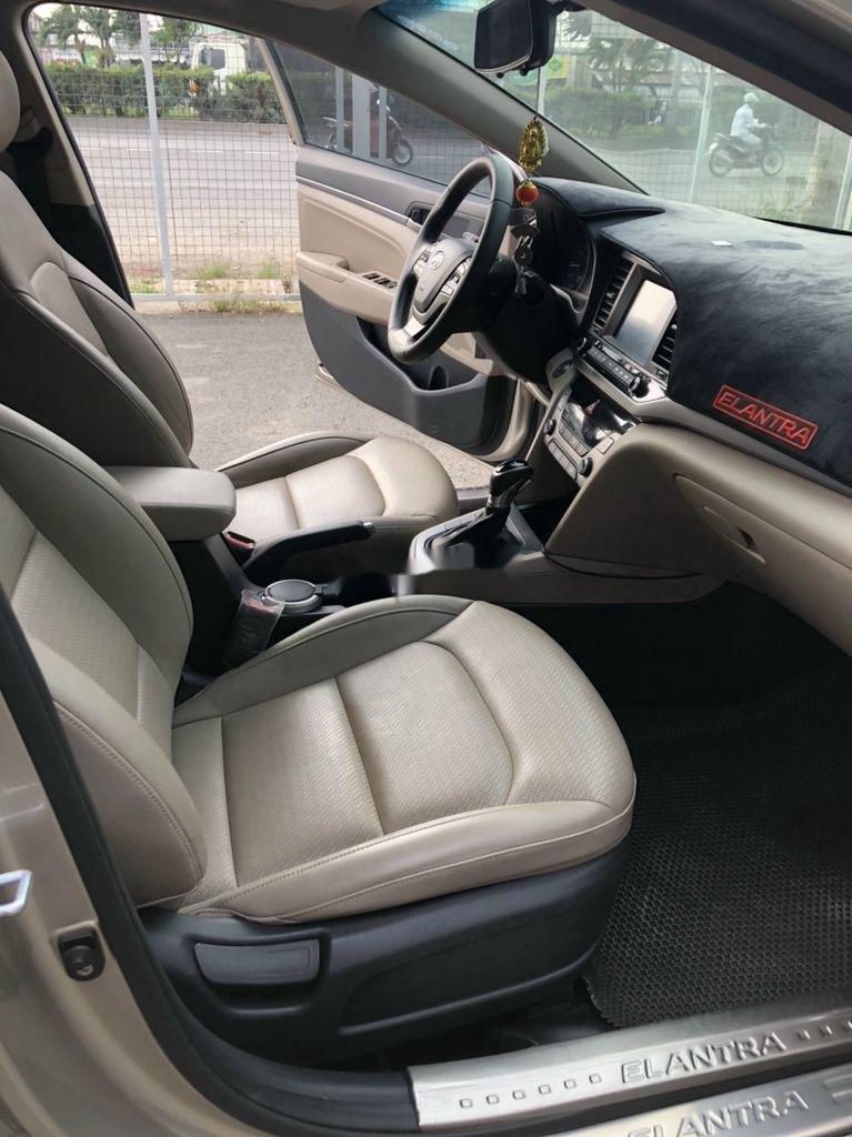 Bán xe Hyundai Elantra sản xuất 2018 còn mới (8)