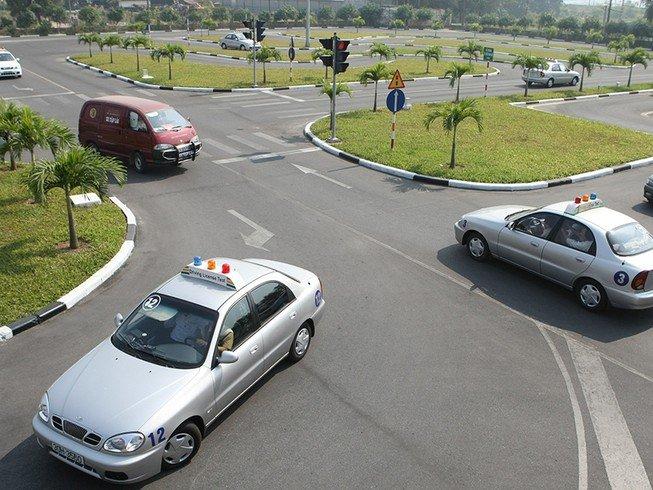 Giới hạn độ tuổi cao nhất khi thi bằng lái xe ô tô tại Việt Nam - Ảnh 1.