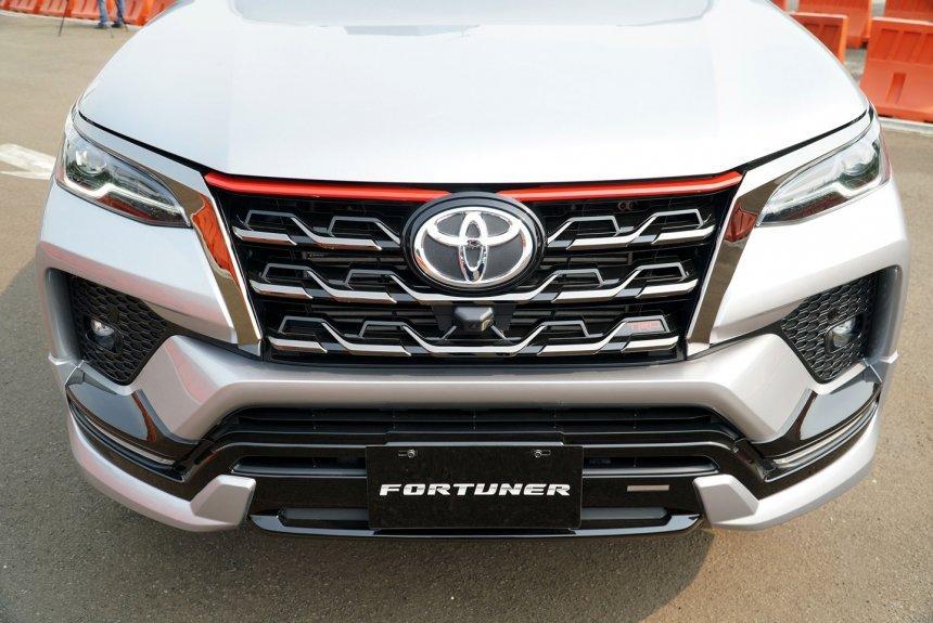 Toyota Fortuner TRD Sportivo 2021 nổi trội giữa đám đông.