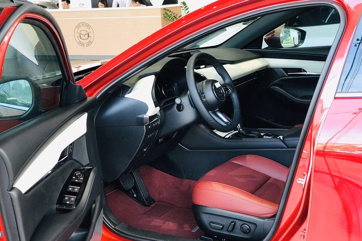 Không gian hàng ghế trước xe Mazda 3 Sport bản kỷ niệm 100 năm 1