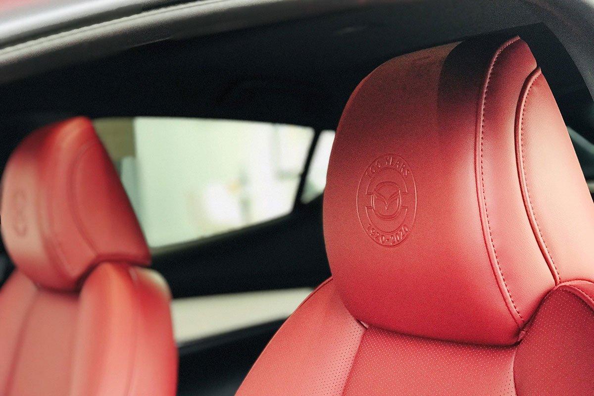 Tựa đầu ghế ngồi trên xe Mazda 3 Sport bản kỷ niệm 100 năm 1