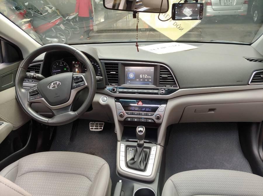 Bán Hyundai Elantra sản xuất năm 2017, màu đen như mới (7)