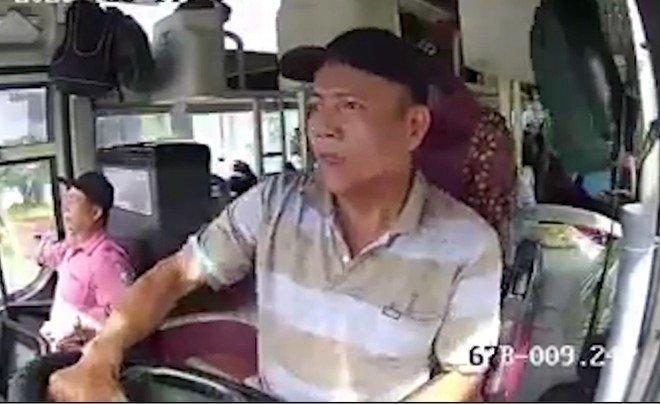 Video: Xe khách lật nhào, tài xế kêu 'trời ơi' vì tránh xe máy qua đường ẩu tại Việt Nam.