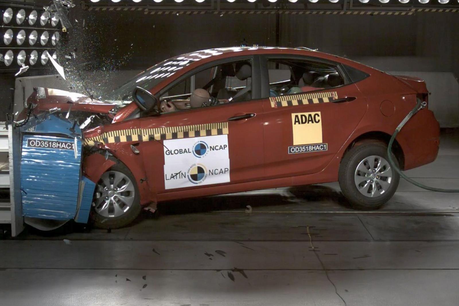 Để biết túi khí bảo vệ người trong xe như thế nào hãy xem Hyundai Accent 0 túi khí thử nghiệm.