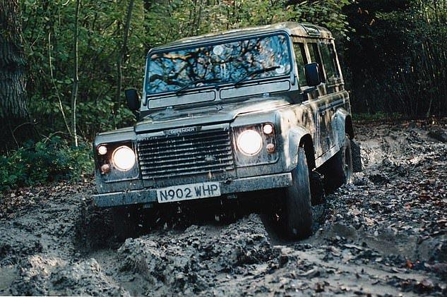 Land Rover Defender huyền thoại có cơ hội hồi sinh dưới tay Bowler.