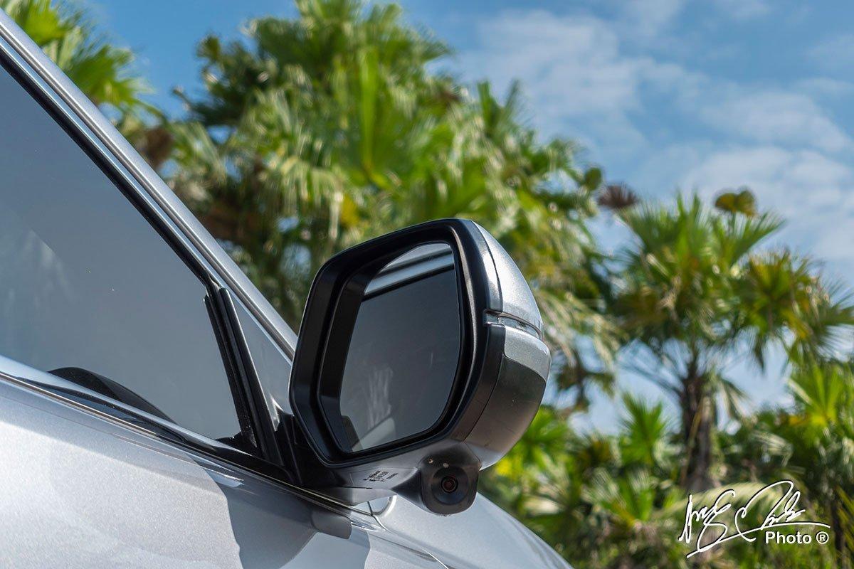 Gương chiếu hậu bên phải của Honda CR-V L 2020-2021 có thêm camera.