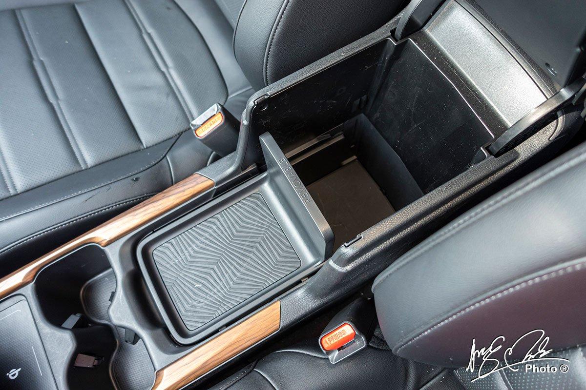 Hốc để đồ trung tâm hàng ghế trước rất linh hoạt trên Honda CR-V L 2020-2021.