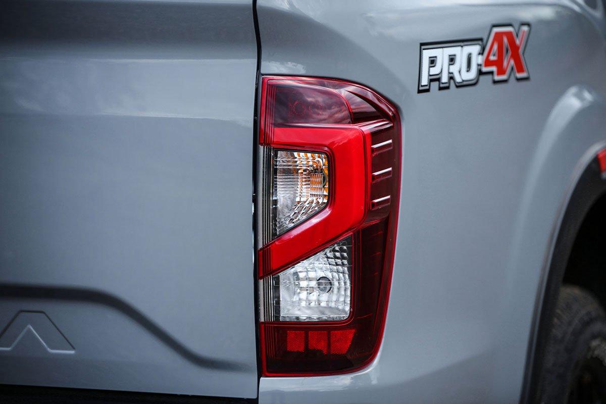 Ảnh Đèn hậu xe Nissan Navara 2021 a1