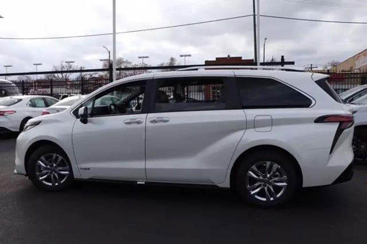 Ảnh Toyota Sienna 2021 ngoài đời thực, xe đang trên đường về Việt Nam a4