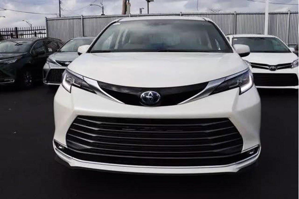 Ảnh Toyota Sienna 2021 ngoài đời thực, xe đang trên đường về Việt Nam a2