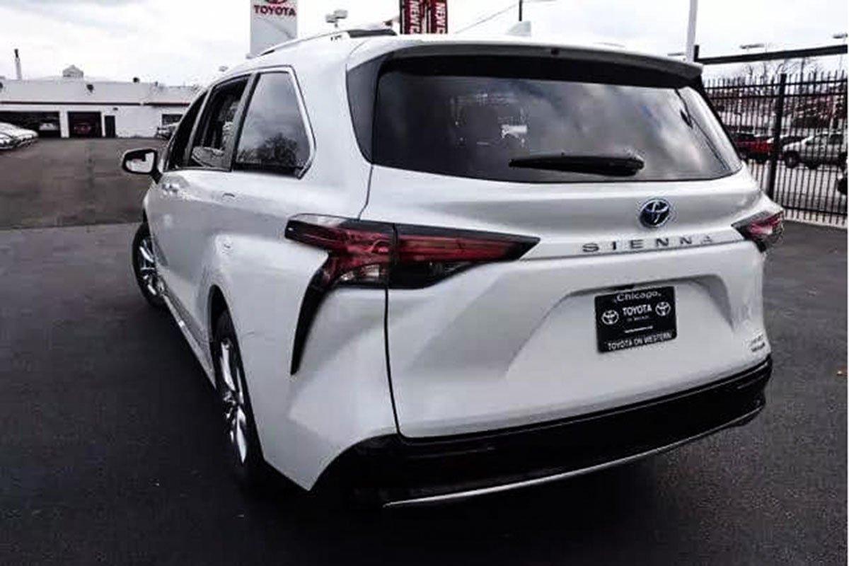 Ảnh Toyota Sienna 2021 ngoài đời thực, xe đang trên đường về Việt Nam a5
