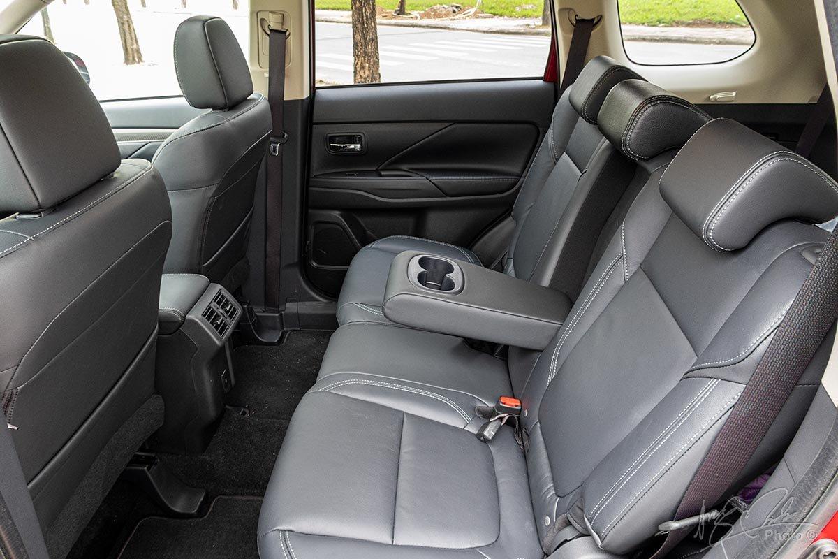 Hàng ghế sau Mitsubishi Outlander.