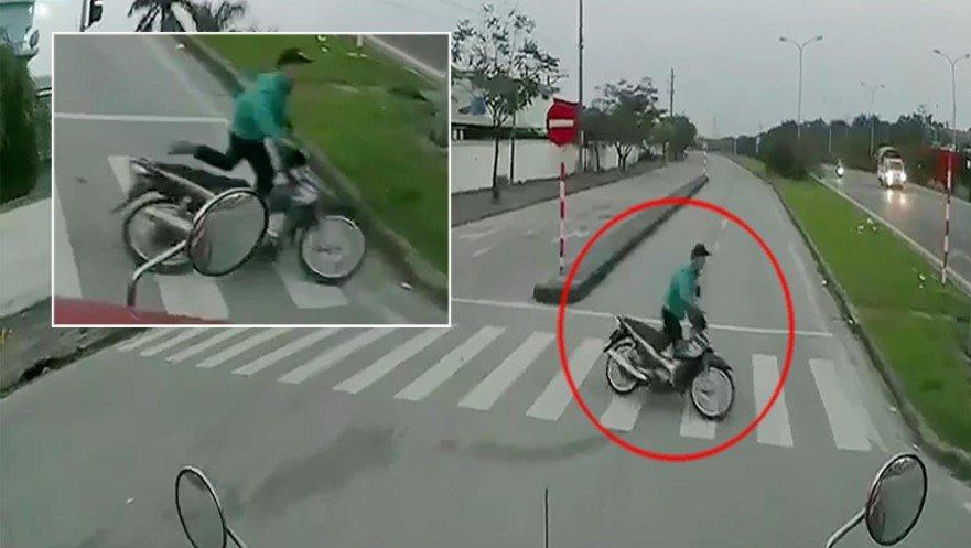 Video: Bị container 'dọa' đối đầu, thanh niên hoảng sợ vứt xe máy bỏ chạy
