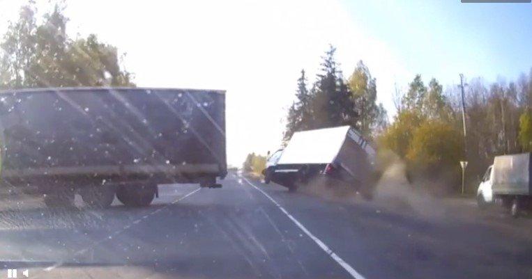 Video: Pha xử lý 'thần thánh' của tài xế xe tải