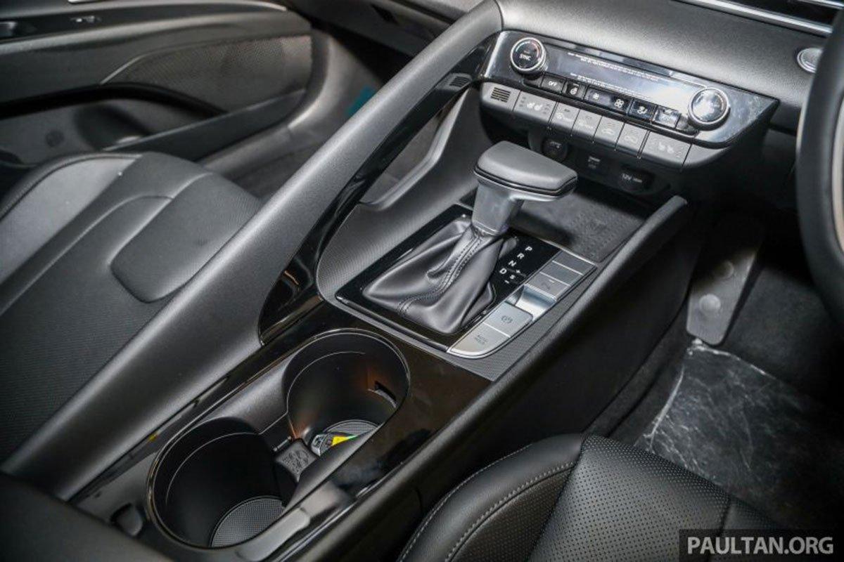 Khay để cốc phía trước trên xe Hyundai Elantra 2021 1