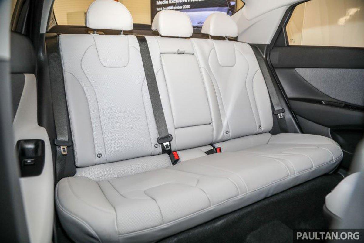 Hàng ghế sau của xe Hyundai Elantra 2021 1