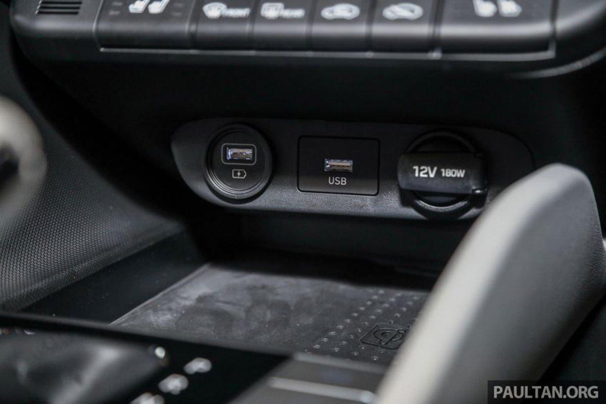 Cổng kết nối USB trên xe Hyundai Elantra 2021 1