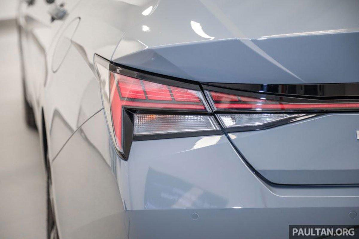 Cụm đèn hậu trên xe Hyundai Elantra 2021 1