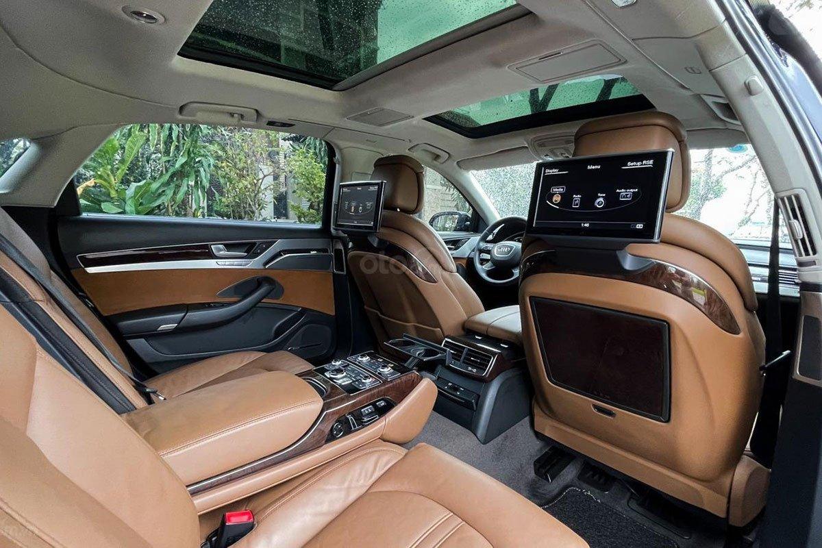 Không gian hàng ghế sau trên xe Audi A8L 2010 1