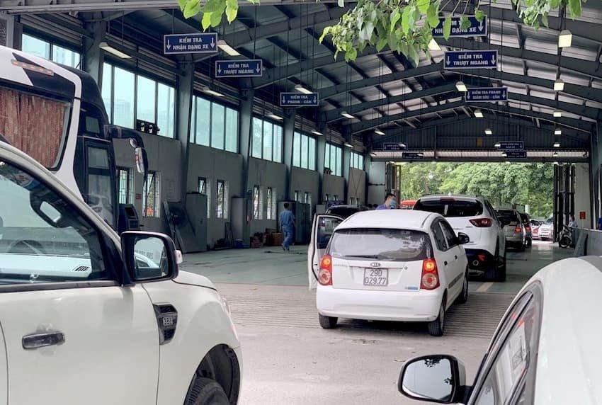 Sau khi hoàn thiện đăng ký, người mua xe mới phải mang xe đi đăng kiểm.