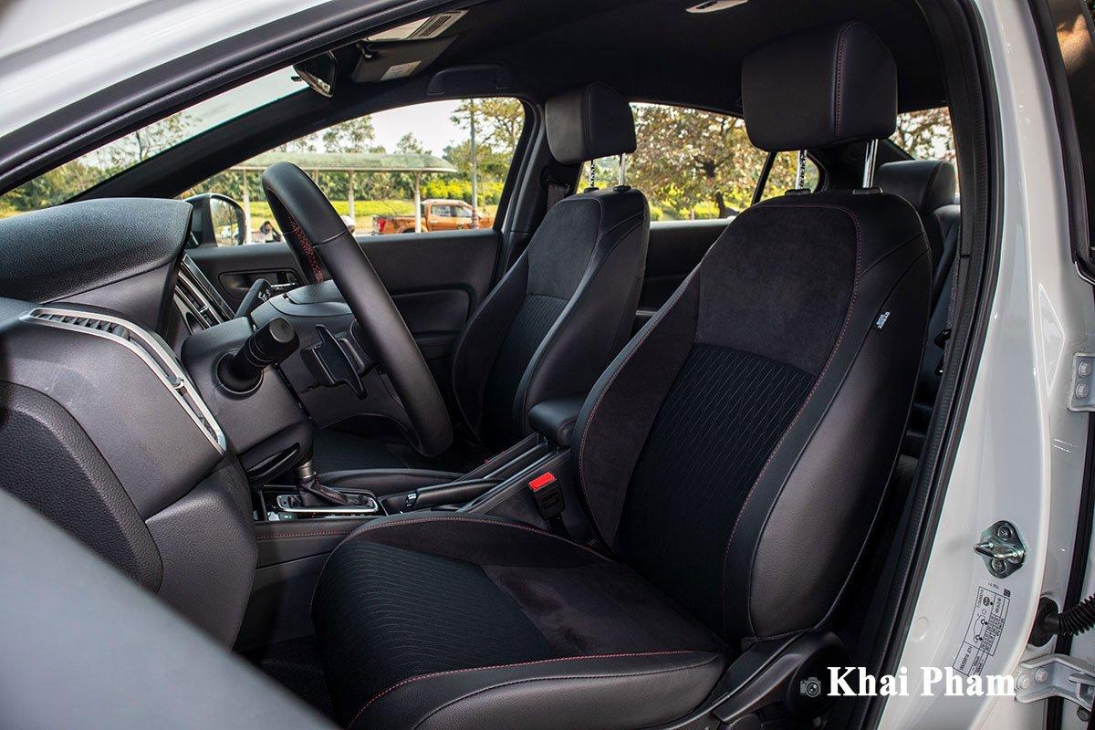 Ghế trước trên Honda City 2021 phiên bản RS chỉnh tay hoàn toàn.